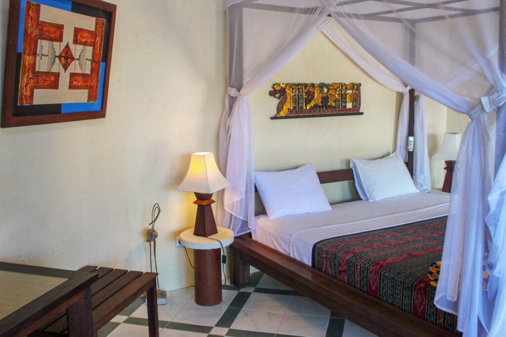 Forfaits d'hébergement et de plongée - Lit à baldaquin dans bungalow avec vue sur l'océan Hotel Uyah Amed