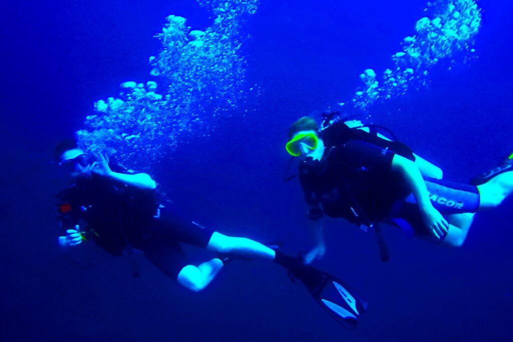 Les plongeurs font des bulles