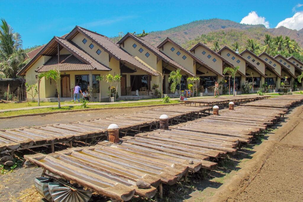 ocean view bungalow con pan de sal tradicional en el Hotel Uyah Amed Bali
