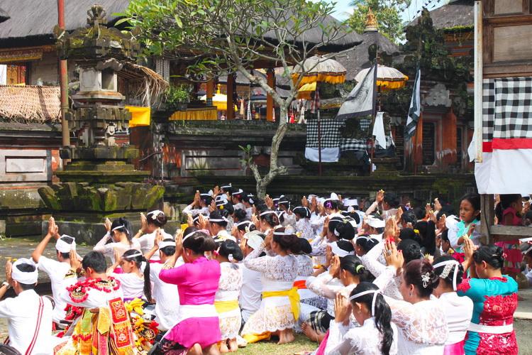 ceremonia tradicional del templo balinés