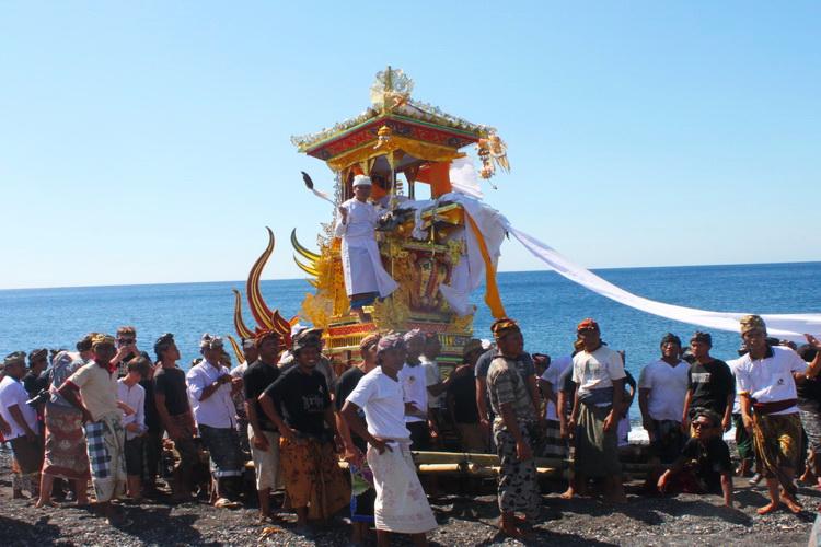 Ceremonia de cremación tradicional balinesa