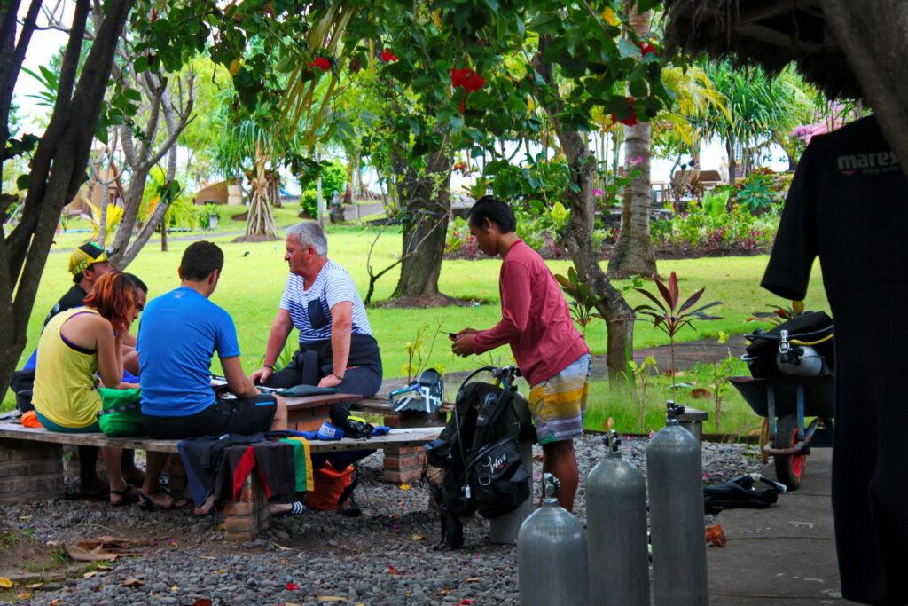 Taucher beim Briefing im Amed Dive Center Bali