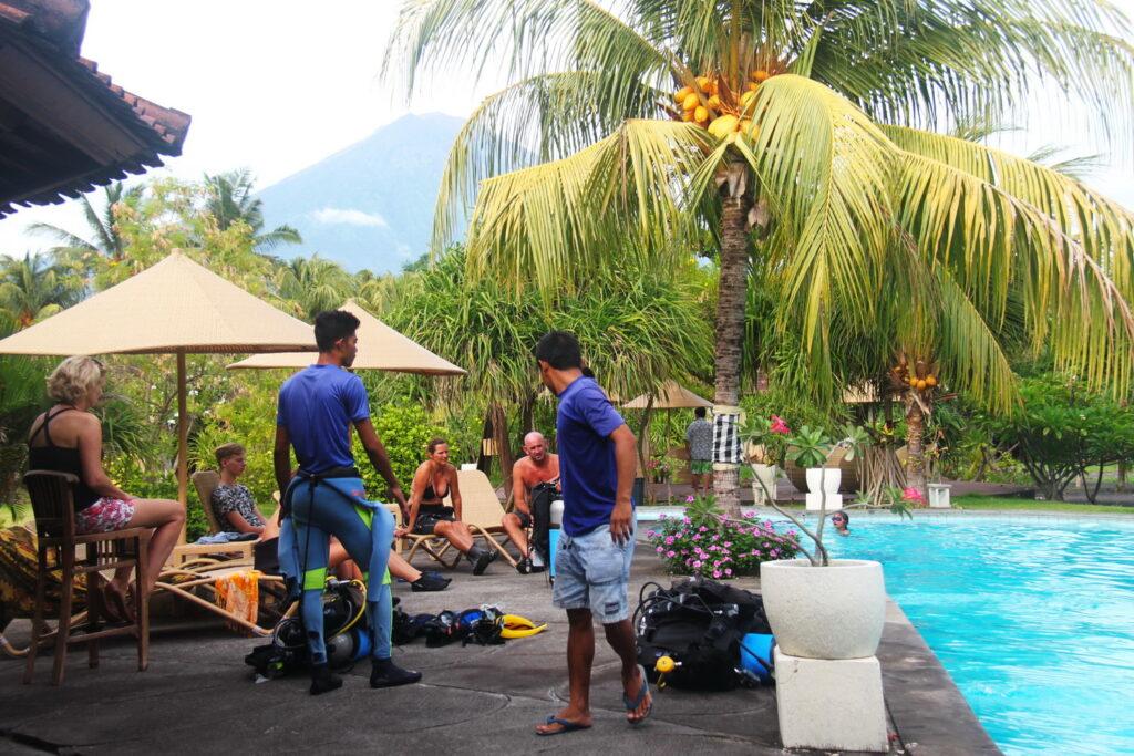 PADI & SSI Cours plongée - plongée d'introduction à la piscine de la plage de l'hôtel Uyah Amed