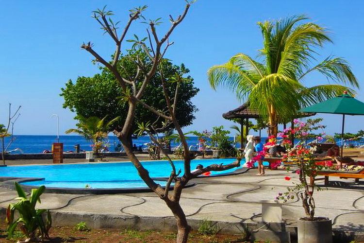 piscine de la plage de l'hôtel Uyah Amed & Spa Resort
