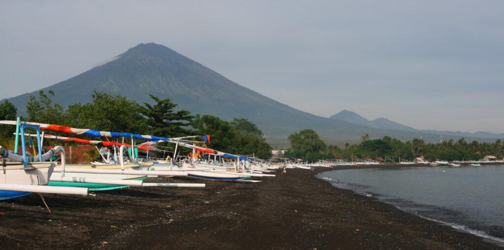 Playa de Amed con el monte Agung