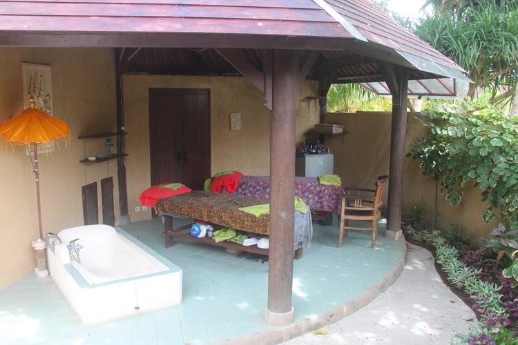 Massagetische und Badewanne im Hotel Uyah Amed SPA